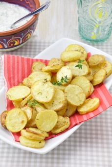 Roasted rosemary and thyme potatoes with tzatziki parsley dip (5).jpg